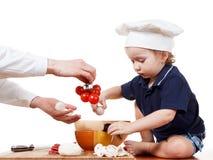 Pizza de cuisinier de petit garçon Plan rapproché d'isolement sur le blanc Photographie stock