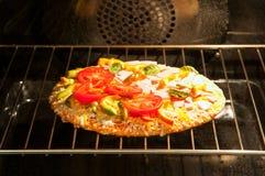 Pizza de cuisson Photo libre de droits