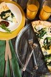 Pizza de Cutted com suco nos vidros e nos pratos na tabela de madeira Interior home, close-up fotos de stock