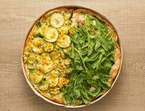 Pizza de deux saveurs : Arugula et courgette avec des noyaux de maïs Overhe Photo libre de droits
