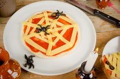 Pizza de Dia das Bruxas com aranhas Foto de Stock