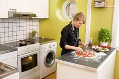 Pizza de fabricación femenina joven Foto de archivo libre de regalías