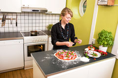 Pizza de fabricación femenina joven Fotos de archivo