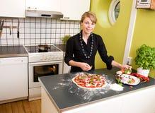 Pizza de fabricación femenina joven imágenes de archivo libres de regalías