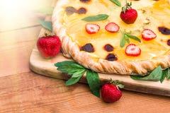 Pizza de fruit avec l'ananas de kiwi de fraises Photographie stock libre de droits