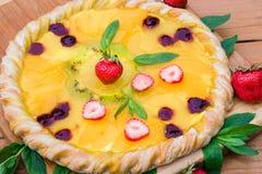 Pizza de fruit avec l'ananas de kiwi de fraises Images libres de droits