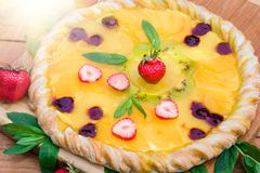Pizza de fruit avec l'ananas de kiwi de fraises Photo stock