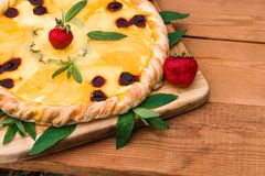 Pizza de fruit avec l'ananas de kiwi de fraises Images stock