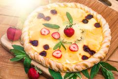 Pizza de fruit avec l'ananas de kiwi de fraises Photo stock