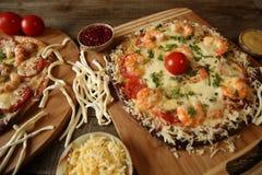 Pizza de fruits de mer, crevette et fromage de mozzarella sur une table rustique en bois photos stock