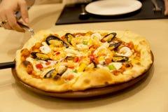 1 pizza de fruits de mer de page à manger image stock