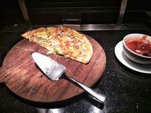 Pizza de fruits de mer sur le plateau en bois dans la lumière molle photo libre de droits