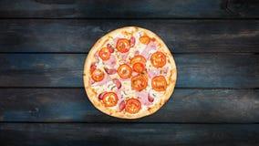 Pizza de giro com presunto, cogumelos e tomates em um fundo de madeira escuro Orientação do centro da vista superior video estoque