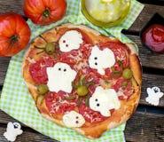 Pizza de Halloween con las arañas de la aceituna de la American National Standard de los fantasmas del queso Fotos de archivo