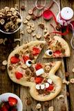 Pizza de Halloween para los niños bajo la forma de cráneo con el strawbe Imagenes de archivo