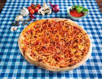 Pizza de haricot et de fromage images libres de droits