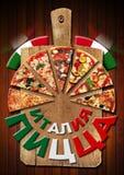 Pizza de Italia en tabla de cortar en la lengua rusa Foto de archivo
