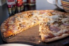 Pizza de jambon et de fromage Image libre de droits