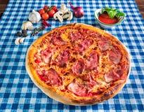 Pizza de jambon et de fromage images libres de droits