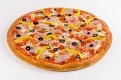 Pizza de la carne con paprika y aceitunas en un fondo blanco fotos de archivo libres de regalías