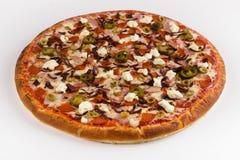 Pizza de la carne con pimienta del jalapeno y queso suave en un backg blanco fotos de archivo libres de regalías