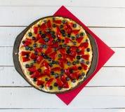 Pizza de la fruta en fondo rojo y blanco Imagenes de archivo