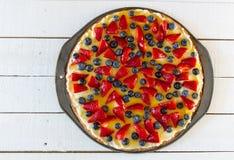 Pizza de la fruta en tablones blancos rústicos Imagenes de archivo