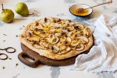 Pizza de la pera con la miel Imagenes de archivo