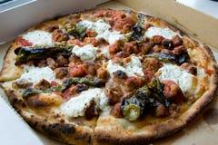 Pizza de la salchicha y de la albóndiga con queso y pimientos picantes del ricotta Fotos de archivo libres de regalías