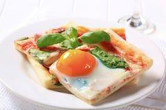 Pizza de lard et d'oeufs Photographie stock