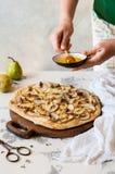 Pizza de llovizna femenina de la pera con la miel Fotos de archivo