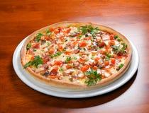 Pizza de los alimentos de preparación rápida Imagen de archivo libre de regalías