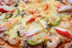 Pizza de los mariscos con el camarón, el calamar, los mejillones y el cangrejo Foto de archivo libre de regalías