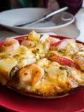 pizza de los mariscos de la Aún-vida en el restaurante italiano Fotos de archivo libres de regalías