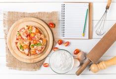 Pizza de los mariscos en la opinión superior sobre el fondo de madera blanco Fotografía de archivo libre de regalías