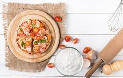 Pizza de los mariscos en la opinión superior sobre el fondo de madera blanco Foto de archivo