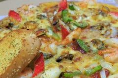 Pizza de los mariscos y pan de ajo Imagen de archivo