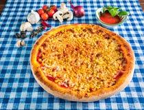 Pizza de maïs doux avec du fromage photos stock