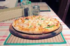 Pizza de madera del horno del fuego Fotografía de archivo libre de regalías