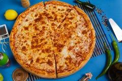 Pizza de Margarita con la albahaca, visión superior imagen de archivo libre de regalías