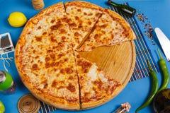 Pizza de Margarita con la albahaca, visión superior fotos de archivo libres de regalías