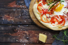 Pizza de Margarita con las hojas y el huevo de la albahaca en la tabla de madera, v superior imágenes de archivo libres de regalías