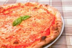 Pizza de Margherita con albahaca Foto de archivo libre de regalías