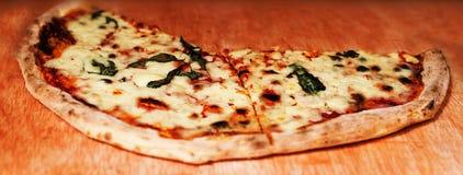 A pizza de Margherita decorada com manjericão e queijo frescos cutted dentro Imagens de Stock