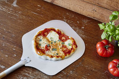 Pizza de Margherita na pá na pizaria clássica fotografia de stock royalty free