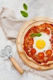 Pizza de matin avec des oeufs d'en haut Photographie stock
