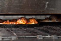 Pizza in de oven Royalty-vrije Stock Foto's