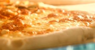 Pizza in de oven, het smelten, het zieden wordt gebakken die Sluit omhoog vector illustratie