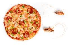 Pizza de pain pita avec les crevettes et le salami sur le blanc photos libres de droits
