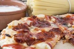 Pizza de Peperoni uma bacia de farinha e de espaguetes Imagem de Stock Royalty Free